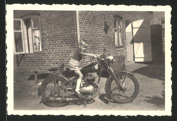 Fotografie Motorrad Göricke, Knabe auf Krad sitzend