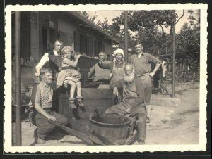 Fotografie Weinernte-Weinlese, Winzer-Familie nach der Ernte