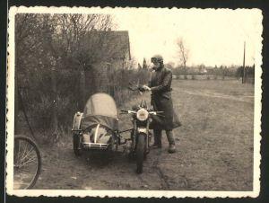 Fotografie Motorrad AWO mit Seitenwagen, Fahrer mi Haube und Schutzbrille am Krad