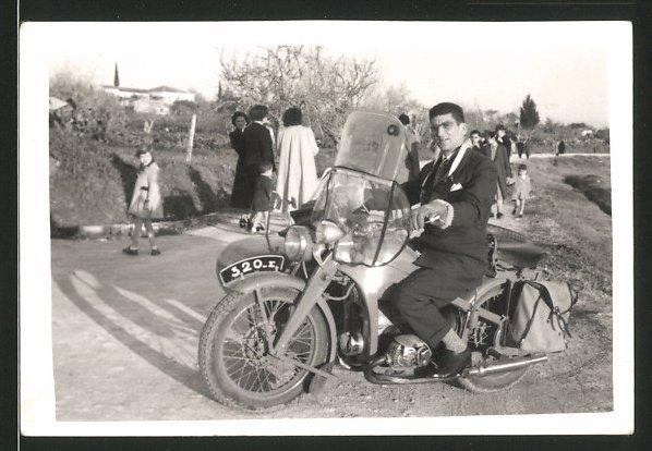 Fotografie Motorrad Zündapp, Fahrer im Anzug auf Krad sitzend