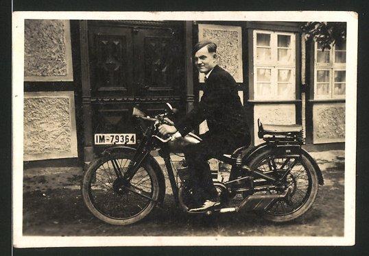 Fotografie Motorrad DKW, Bursche im Anzug auf Krad sitzend, Kennzeichen IM-7964