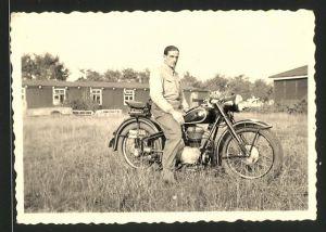 Fotografie Motorrad BMW, Fahrer auf Krad sitzend