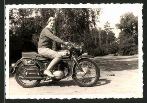 Fotografie Motorrad NSU-Max, hübsche Dame auf Krad sitzend