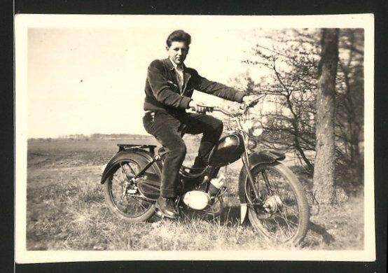 Fotografie Motorrad Simson SR2, Bursche auf LKrad sitzend