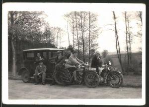 Fotografie Motorrad Triumph TWN, hübsche Damen auf Krad & Männer mit Auto
