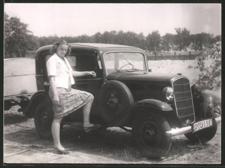 Fotografie Auto Opel P4, hübsche junge Frau posiert am PKW, Kfz-Kennzeichen IA-206598