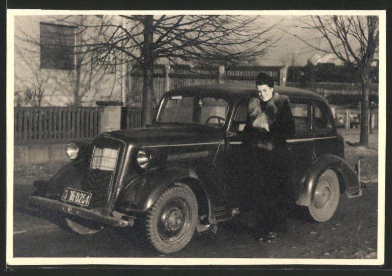 Fotografie Auto Opel 6, Dame mit Pelzboa neben PKW stehend