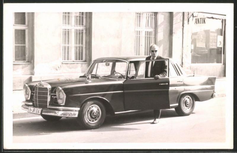 Fotografie Auto Mercedes Benz, Fahrer mit schwarzer Luxus-Limousine