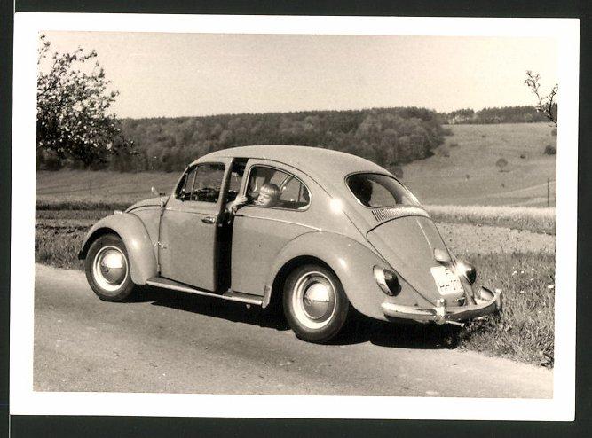 Fotografie Auto VW Käfer, Kleinkind im Volkswagen PKW an der Autobahn-Abfahrt Wertheim
