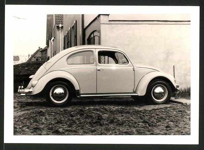 Fotografie Auto VW Käfer, Volkswagen PKW mit Faltdach in Hauseinfahrt stehend