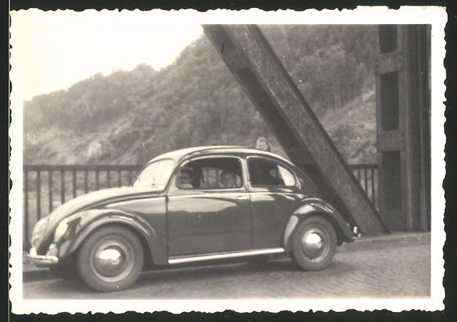 Fotografie Auto VW Käfer Brezel, Volkswagen PKW auf einer Brücke