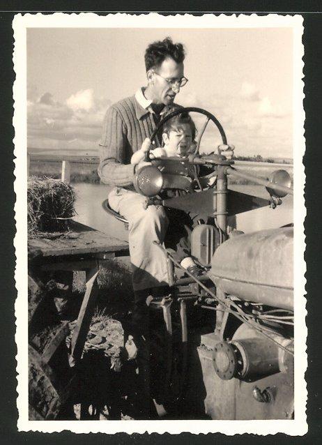 Fotografie Traktor, Landwirt & Sohn steuern Schlepper gemeinsam