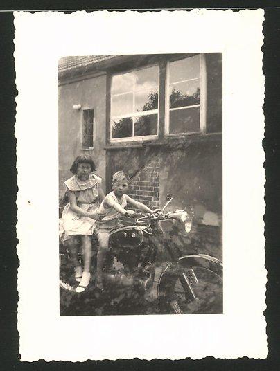 Fotografie Motorrad BMW, Mädchen und Knabe auf Krad sitzend