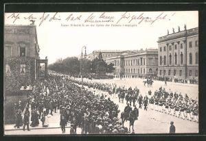 AK Berlin, Unter den Linden, Kaiser Wilhelm II. an der Spitze der Fahnen-Compagnie