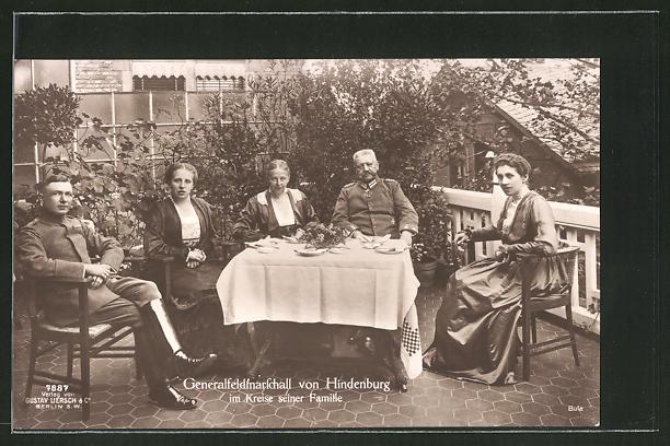 AK Generalfeldmarschall Paul von Hindenburg im Kreise seiner Familie