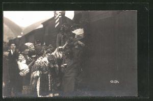 AK Príjezd Sidlikova praporu, tschechische Soldaten und Frauen in Tracht, Militärbahn