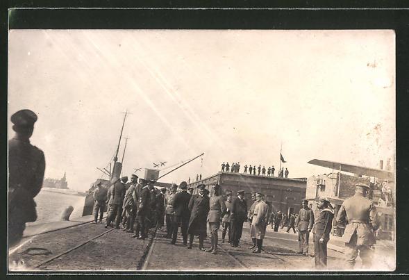 Foto-AK Hindenburg und Prinz Heinrich von Preussen in Hafen, Wasserflugzeug