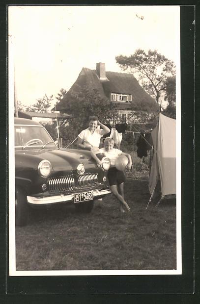 Foto-AK Mutter und Sohn mit Ford 12 M-Weltkugel