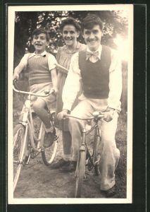 Foto-AK Glückliche Menschen mit Fahrrädern