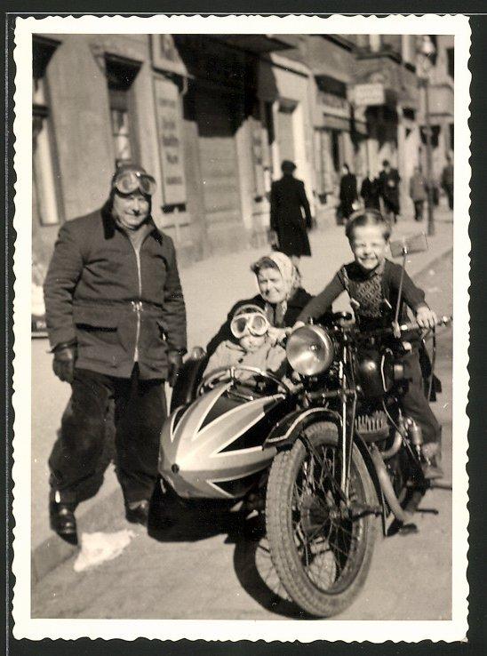 Fotografie Motorrad mit Seitenwagen, Knabe auf Krad sitzend