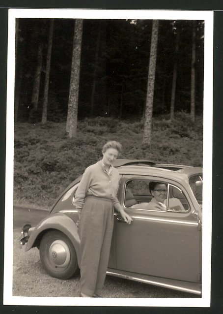Fotografie Auto VW Käfer, Hausfrau neben Volkswagen mit Faltdach im Schwarzwald