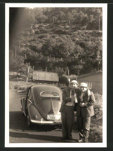 Fotografie Auto VW Käfer Ovali, junge Männer vor Volkswagen stehend
