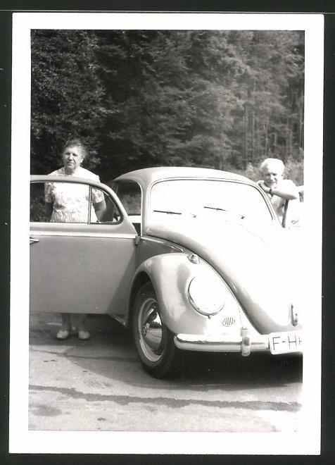 Fotografie Auto VW Käfer, Paar mit Volkswagen bei Höchst Odenwald
