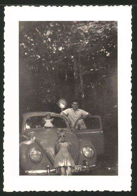 Fotografie Auto VW Käfer, Vater mit Tochter & Puppe am Volkswagen PKW