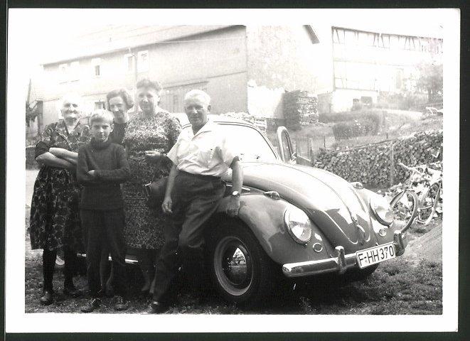 Fotografie Auto VW Käfer, Volkswagen PKW vor einem Bauerngehöft