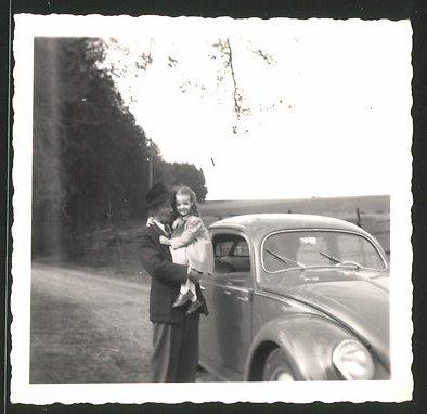 Fotografie Auto VW Käfer Brezel, Vater & Tochter neben Volkswagen PKW