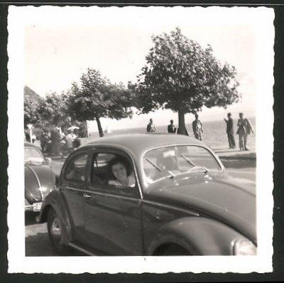Fotografie Auto VW Käfer Brezel, hübsche Frau sitzt im Volkswagen PKW