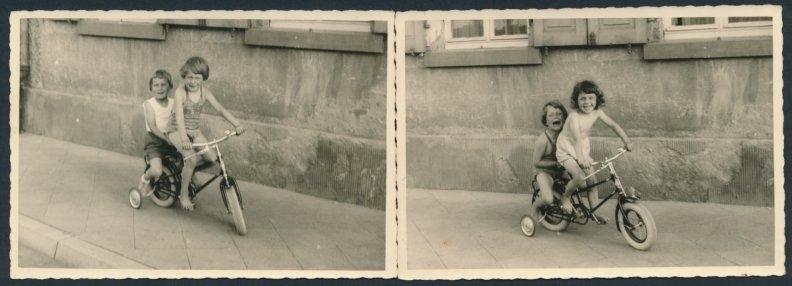 2 Fotografien Kinder fahren Fahrrad mit Stützrädern