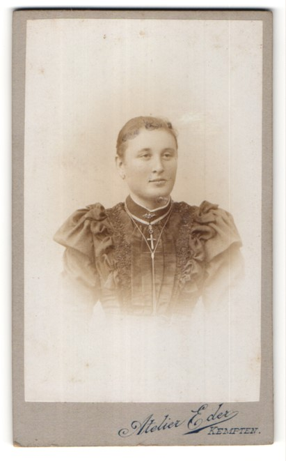 Fotografie Atelier Eder, Kempten, Portrait junge Frau mit Kruzifix