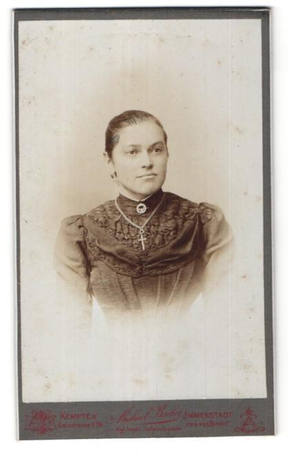 Fotografie Michael Bscher, Kempten, Portrait junge Frau mit Kruzifix
