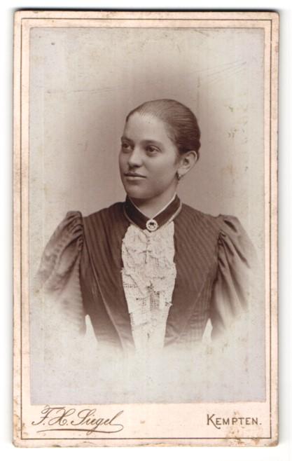 Fotografie F. X. Siegel, Kempten, Portrait junge Frau mit Kruzifix
