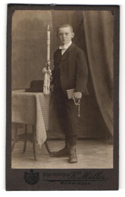 Fotografie K. Müller, Memmingen, Portrait Knabe in festlicher Kleidung mit Kerze