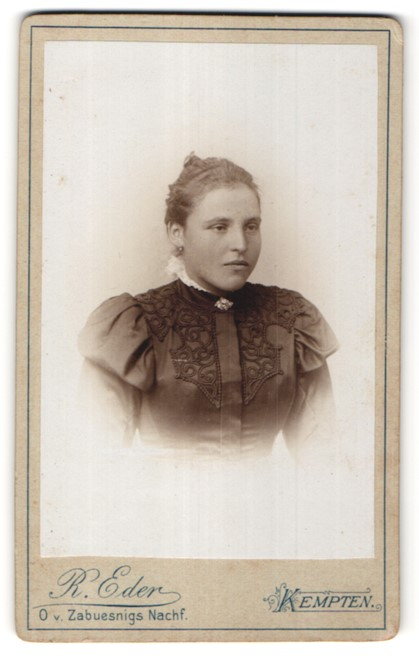 Fotografie R. Eder, Kempten, Portrait junge Frau mit zurückgebundenem Haar