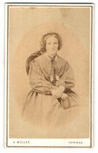 Fotografie A. Müller, Herisau, Portrait gutbürgerliche Dame in Kleid mit Hut