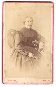 Fotografie A. Müller, Herisau, Portrait bürgerliche Dame in Kleid
