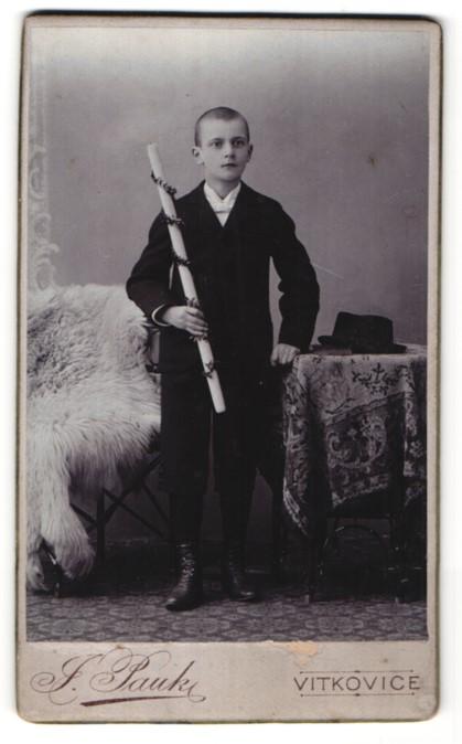 Fotografie J. Pauk, Vitkovice, Portrait Knabe in festlicher Kleidung mit Kerze