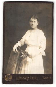 Fotografie Hermann Tietz, Berlin, Portrait Mädchen in sommerlichem weissen Kleid