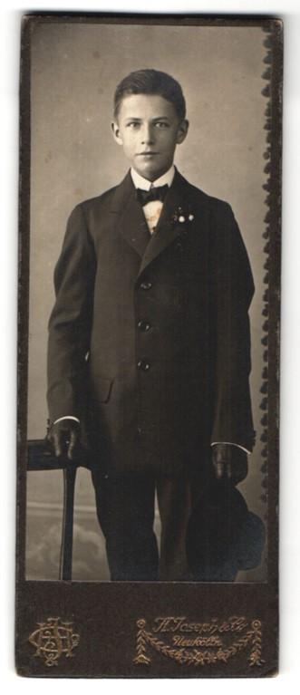 Fotografie J. Joseph & Co., Berlin-Neukölln, Portrait Knabe in festlichem Anzug