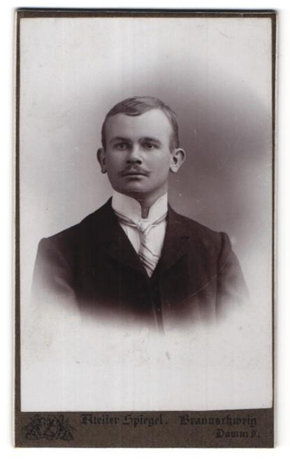 Fotografie Atelier Spiegel, Braunschweig, Portrait bürgerlicher junger Herr mit Oberlippenbart