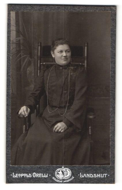 Fotografie Leopold Orelli, Landshut, Portrait hübsche Dame mit halskette und Ohrringen im Stuhl sitzend