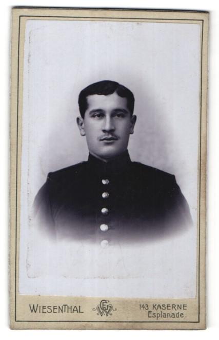 Fotografie Gustav Wiesenthal, Strassburg i. Els., Portrait junger dunkelhaariger Mann mit Oberlippenbart