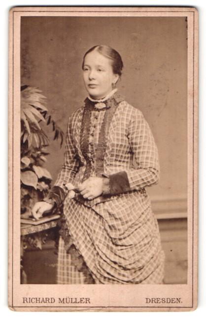 Fotografie Richard Müller, Dresden, hübsche junge Frau im karierten Kleid