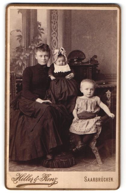 Fotografie Hiller & Renz, Saarbrücken, hübsche junge Mutter mit Hochsteckfrisur & niedliche kleine Mädchen mit Mütze