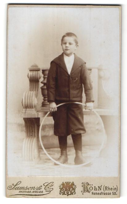 Fotografie Samson & Co, Köln / Rhein, frecher Bube im Anzug mit Reifen