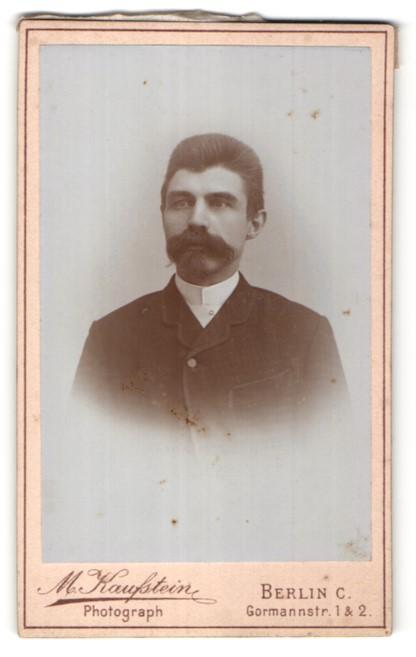 Fotografie M. Kaufstein, Berlin, Portrait junger dunkelhaariger Mann mit Vollbart