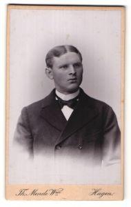 Fotografie W. Pafse, Lüneburg, Portrait junger Mann mit Mittelscheitel im edlen Anzug und weisser Krawatte